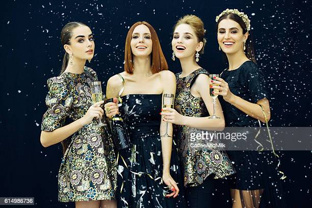 Photo de quatre rire des filles parsemé de neige