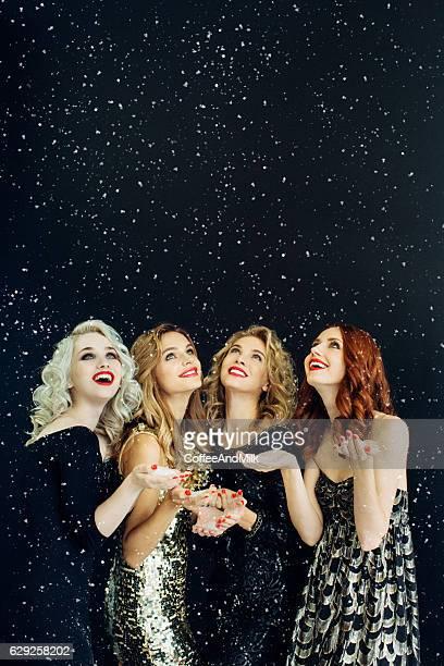 Foto von vier Lachen Mädchen verzierten Schnee