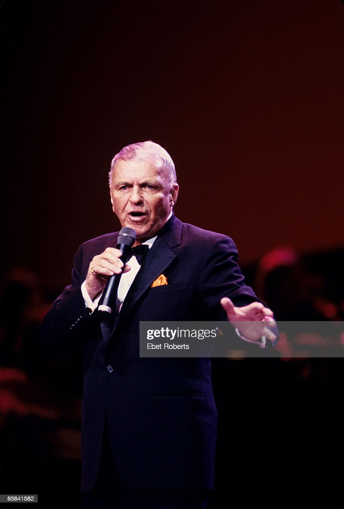 HALL Photo of Frank SINATRA, Frank Sinatra performing on stage