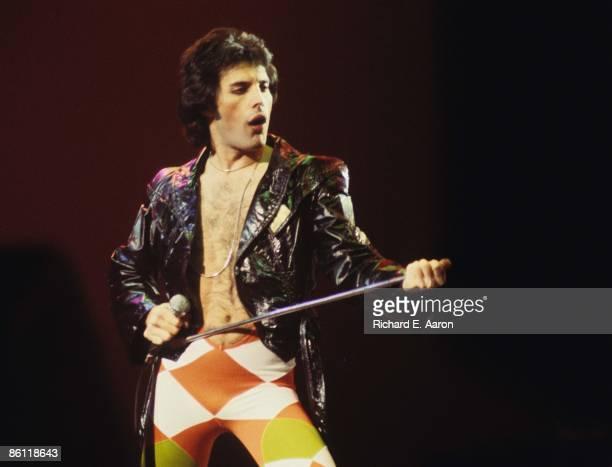GARDEN Photo of Freddie MERCURY and QUEEN Freddie Mercury performing in stage