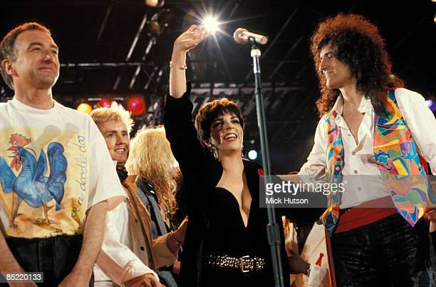STADIUM Photo of John DEACON and Brian MAY and Liza MINELLI and QUEEN LR John Deacon Roger Taylor Liza Minelli Brian May performing on stage at the...