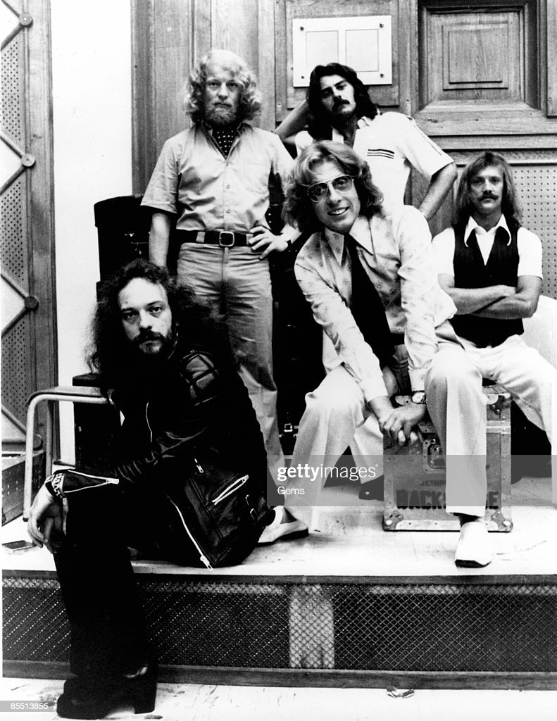 Photo of John EVAN and Barrimore BARLOW and JETHRO TULL and Jeffrey HAMMOND and Ian ANDERSON and Martin BARRE; L-R (back): Martin Barre, Jeffrey Hammond; (front): Ian Anderson, John Evan, Barrimore Barlow - posed, group shot