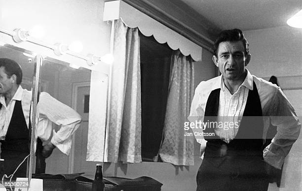 ODEON Photo of Johnny CASH Portrait of Johnny Cash backstage in dressing room