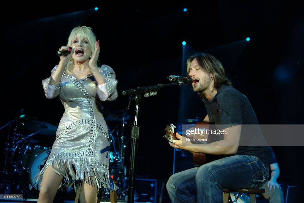NASHVILLE Photo of Keith URBAN and Dolly PARTON, Dolly Parton and Keith Urban performing on stage