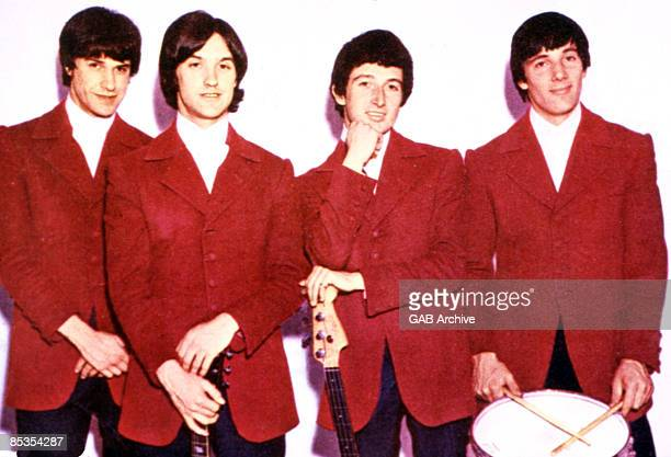Photo of KINKS and Ray DAVIES and Dave DAVIES and Pete QUAIFE and Mick AVORY LR Ray Davies Dave Davies Pete Quaife Mick Avory posed group shot