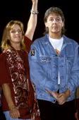 Photo of Linda McCARTNEY and Paul McCARTNEY with Linda McCartney posed