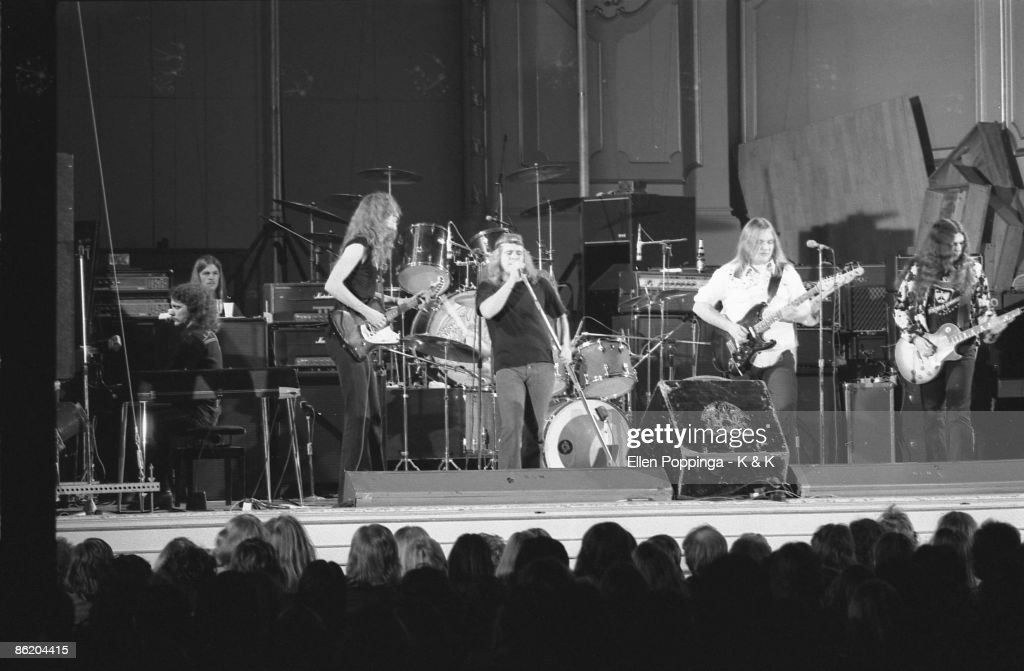 Photo of LYNYRD SKYNYRD and Billy POWELL and Allen COLLINS and Ronnie VAN ZANT and Ed KING and Gary ROSSINGTON; L-R: Billy Powell, ?, Allen Collins, Ronnie Van Zant, Ed King, Gary Rossington - performing live onstage