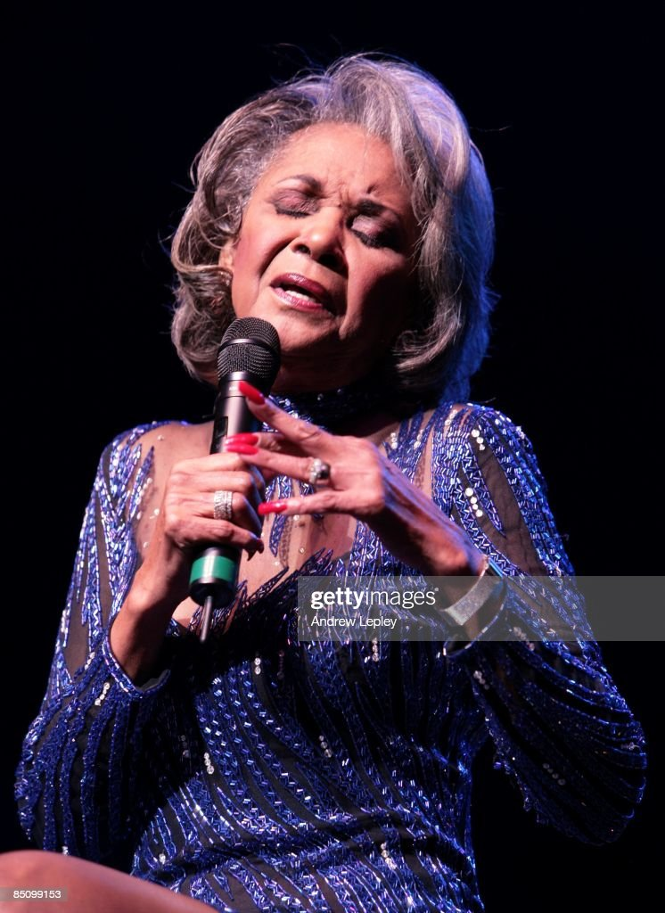 FESTIVAL Photo of Nancy WILSON, Nancy Wilson performing on stage