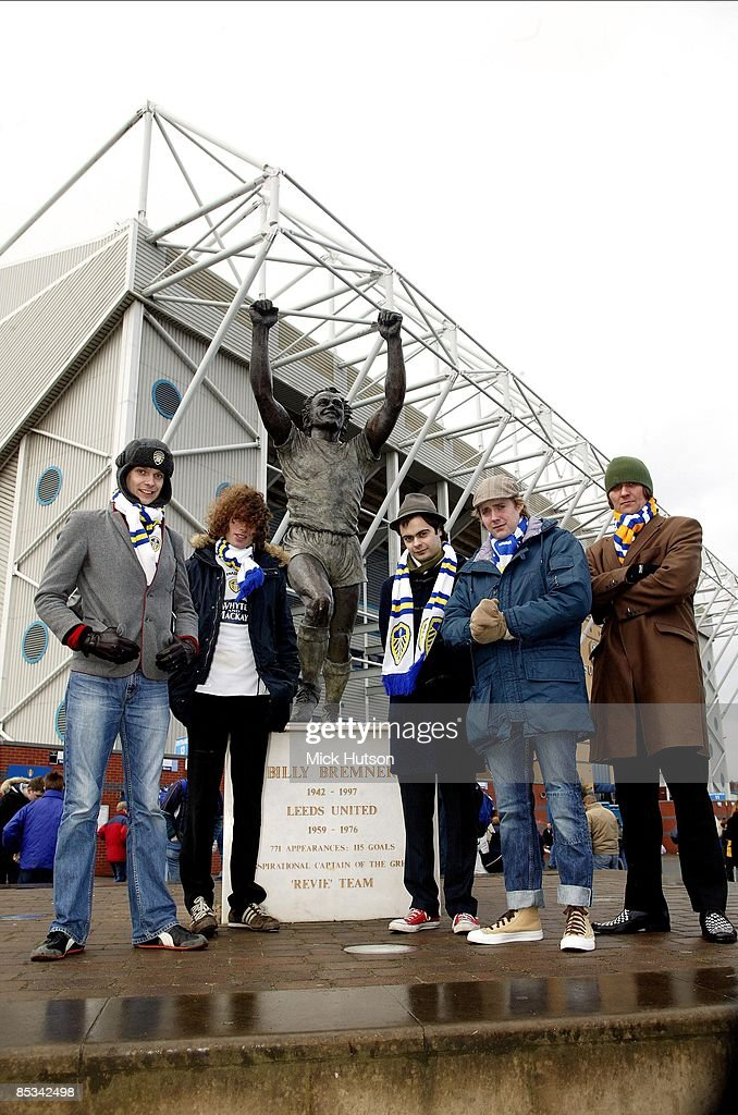 ROAD Photo of Nick HODGSON and Simon RIX and Ricky WILSON and Nick BAINES and KAISER CHIEFS and Andrew WHITE, Nick Hodgson, Simon Rix, Nick 'Peanut' Baines, Ricky Wilson, Andrew 'Whitey' White, posed next to Billy Bremner statue at football ground, wearing Leeds United scarves
