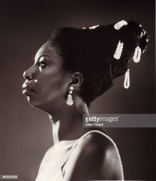 Photo of Nina SIMONE posed studio