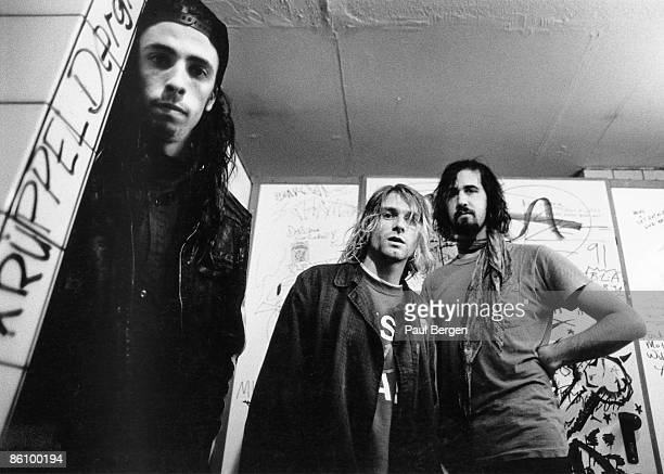 Photo of NIRVANA LR Dave Grohl Kurt Coabin Krist Novoselic posed group shot