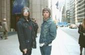 Photo of OASIS Oasis 51th Avenue New York USA 01 mei 2000 Pop britpop Liam en Noel poseren gezamelijk op 51th Avenue op de achtergrond zie je...