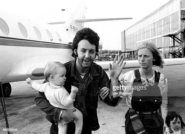 Photo of Paul McCartney 2 Linda Paul McCartney with children arriving Copenhagen Airport August 1972
