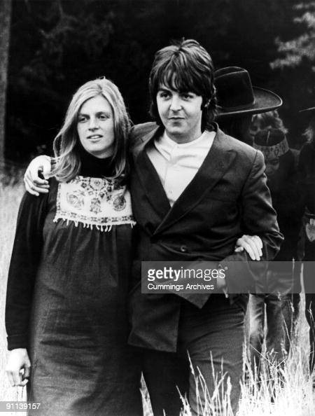 Photo of Paul McCARTNEY and Linda McCARTNEY posed with Linda McCartney a week before the birth of their daughter Mary