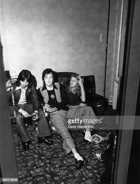 Photo of Paul McCARTNEY and WINGS and Jimmy McCULLOCH and Linda McCARTNEY LR Jimmy McCulloch Paul McCartney Linda McCartney posed