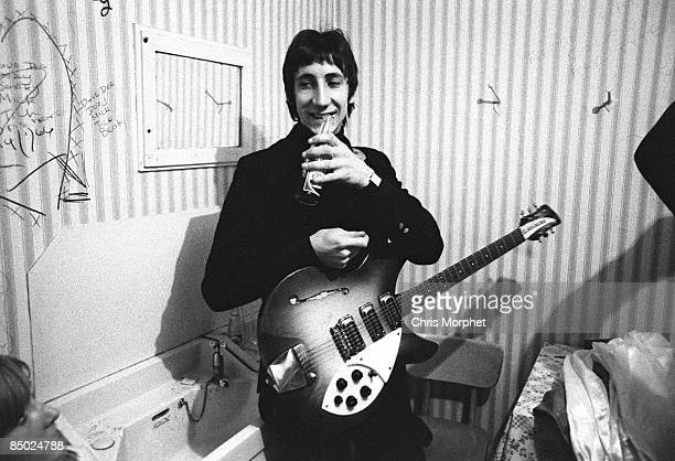 PALAIS Photo of Pete TOWNSHEND and The Who Pete Townshend gig performed without Roger posed backstage holding Rickenbacker 1998 model guitar