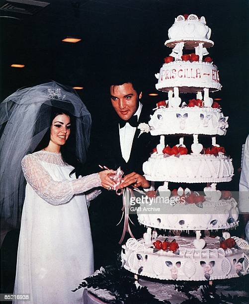 Photo of Priscilla PRESLEY and Elvis PRESLEY Priscilla Presley Elvis Presley at their wedding Cutting cake