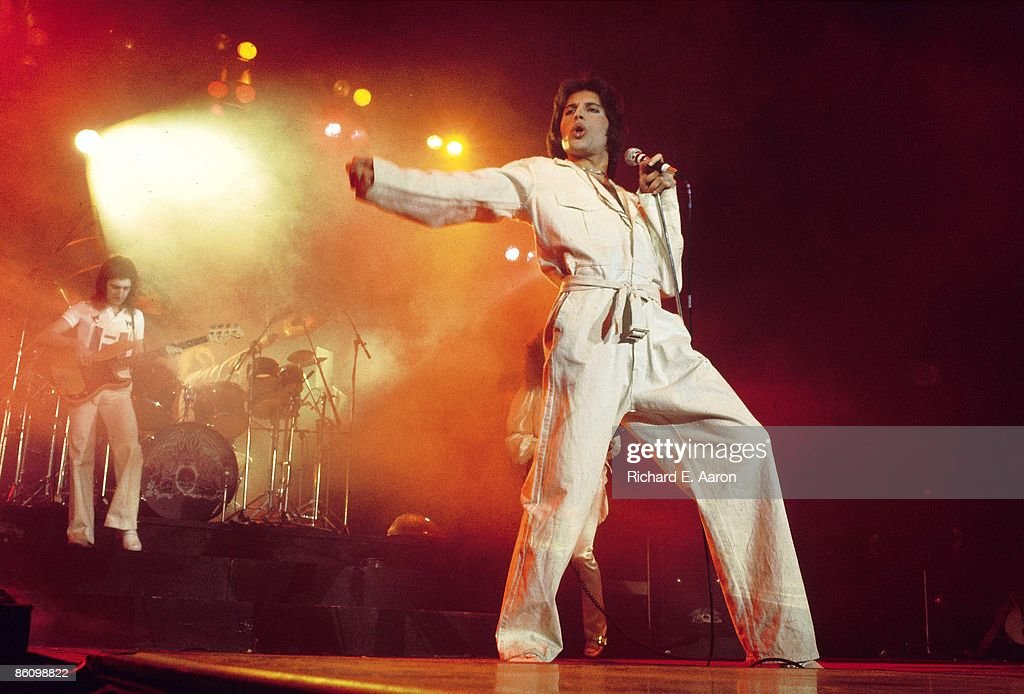 GARDEN Photo of QUEEN, Freddie Mercury performing live on stage