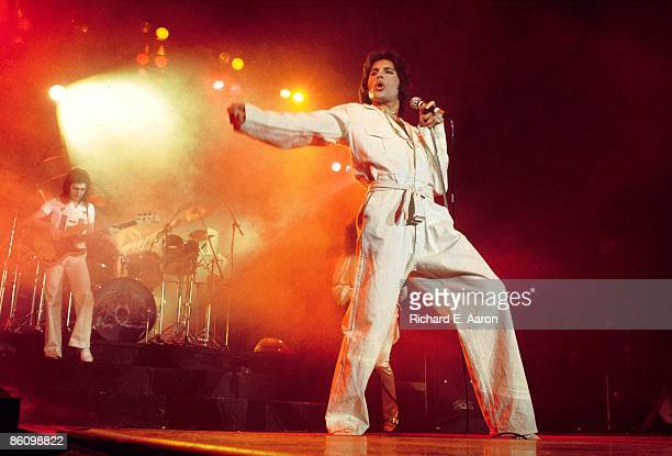 GARDEN Photo of QUEEN Freddie Mercury performing live on stage
