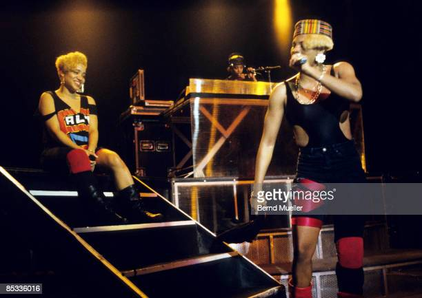 STADTHALLE Photo of SALT 'N' PEPA and Cheryl JAMES and Sandra DENTON and DJ SPINDERELLA LR Cheryl 'Salt' James DJ Spinderella and Sandra 'Pepa'...