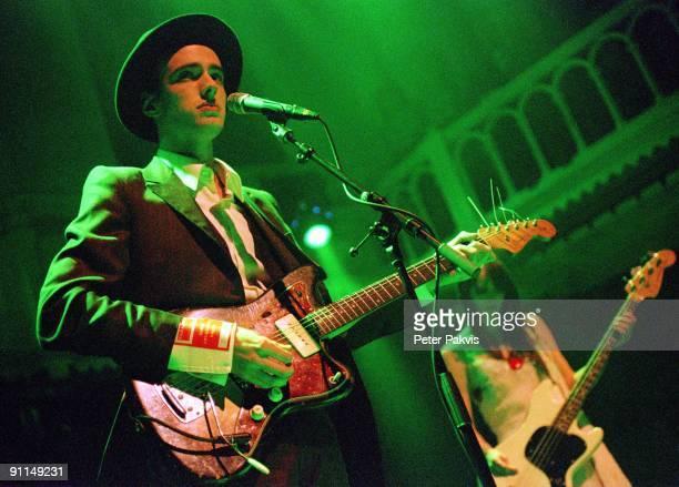 Photo of VEILS Veils Nederland Paradiso Amsterdam 21 oktober 2005 Pop indie de zanger gaat gekleed in een mooi streepjes costuum en draagt tijdens...