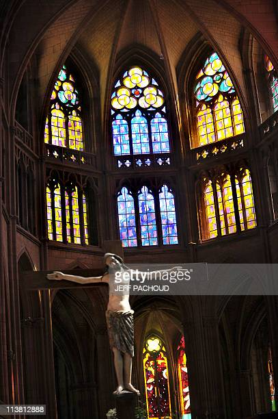 PAPIER 'A LA CATHEDRALE DE NEVERS LES VITRAUX JOUENT DE NOUVEAU AVEC LA PIERRE' PAR TUPAC POINTU Photo prise d'un vitrail le 26 Avril 2011 dans la...