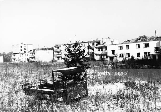 photo prise en avril 1992 dans un village de la région de Gomel abandonné parce que contaminé par les retombées radioactives de l'explosion du...