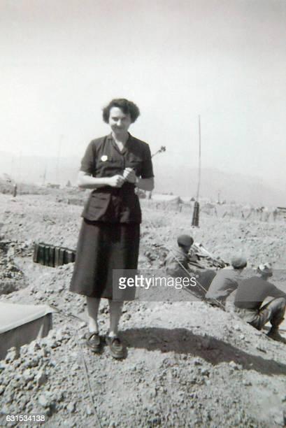 Photo prise en février 1954 de l'héroïne de Dien Bien Phu Geneviève de Galard posant dans le camp retranché de Dien Bien Phu Convoyeuse de l'armée de...