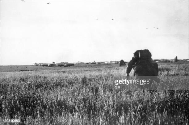 Photo prise en juin 1944 d'un soldat américain venant d'atterrir sur le sol français à bord d'un planeur pour participer à la bataille de Normandie...