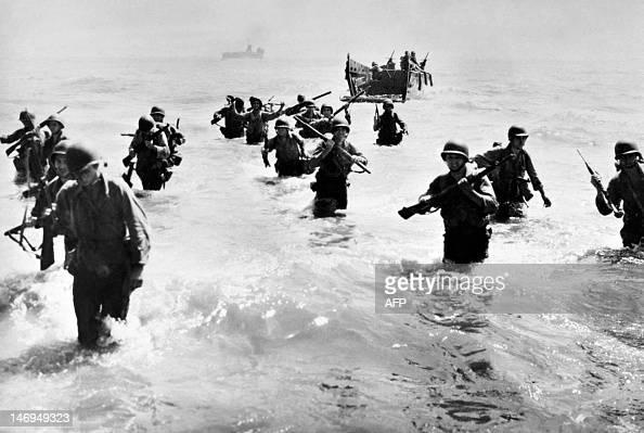 Photo prise en octobre 1944 aux Philippines de soldats américains débarquant sur l'île de Leyte lors de la bataille engagée contre les Japonais Les...