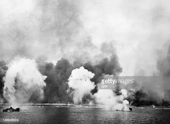 Photo prise en octobre 1944 sur l'île de Leyte aux Philippines d'une attaque sur des bateaux japonais pendant la bataille engagée entre les...