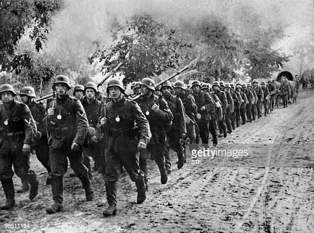 Photo prise en septembre 1939 de l'armée allemande entrant en Pologne après avoir attaqué le pays le 1er septembre à l'aide de six divisions blindées...