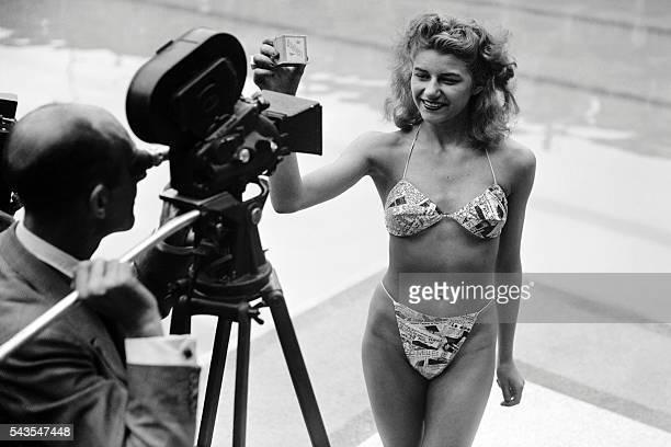 Photo prise le 05 juillet 1946 à la piscine Molitor à Paris d'une candidate à l'élection de la plus jolie baigneuse portant un bikini créé par Louis...