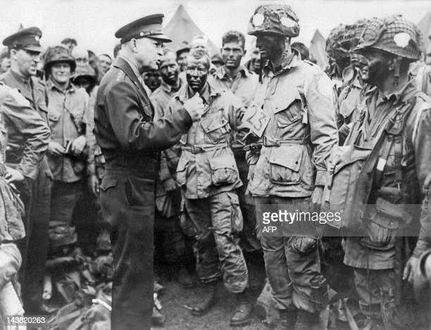 Photo prise le 06 juin 1944 en Angleterre du général américain Dwight D Eisenhower commandant pour les opérations du débarquement sur les côtes...