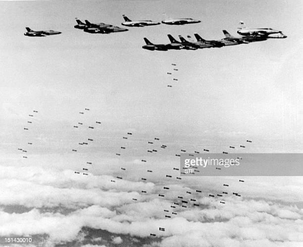 Photo prise le 08 février 1966 durant la guerre du Vietnam de F105 Thunderchief de l'armée américaine larguant des bombes sur des objectifs...