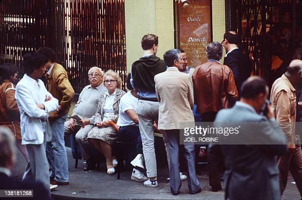 Photo prise le 11 août 1982 dans le quartier du Marais à Paris de personnes patientant devant la façade du restauranttraiteur JoGoldenberg après...
