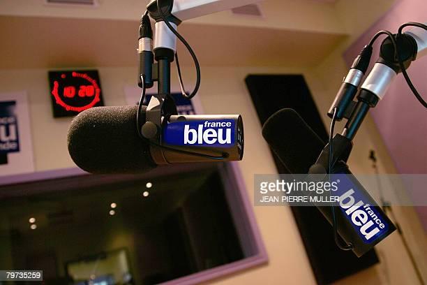 Photo prise le 13 fvrier 2008 de micros dans un studio de Radio France Bordeaux Gironde Les programmes des tlvisions et radios publiques taient...