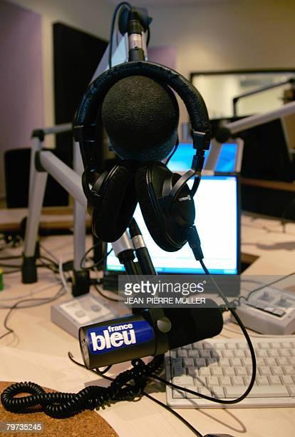 Photo prise le 13 fvrier 2008 d'un micro et d'un casque dans un studio de Radio France Bordeaux Gironde Les programmes des tlvisions et radios...