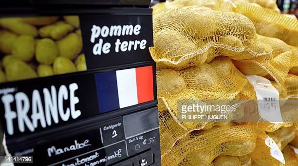 Photo prise le 15 mars 2012 à Hazebrouck dans un super marché de l'enseigne Carrefour d'un étale de pomme de terre d'origine France AFP PHOTO /...
