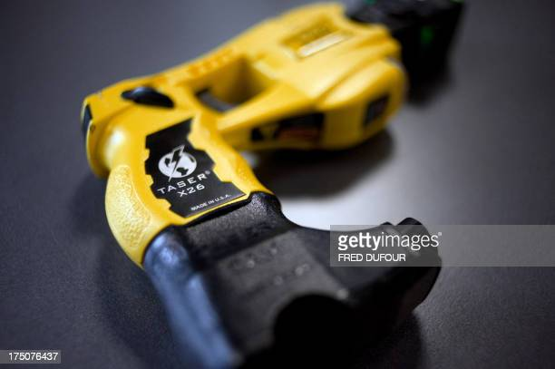 Photo prise le 15 octobre 2008 du pistolet à impulsion électrique Taser X 26 lors d'un colloque à SaintCyrauMontd'Or de la police nationale française...