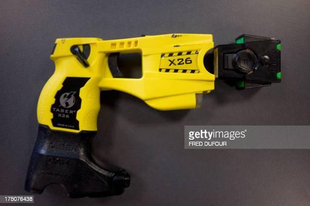 Photo prise le 15 octobre 2008 du pistolet à impulsion électrique Taser X 26 lors d'un colloque à SaintCyrauMontd'Or de la police nationale française...