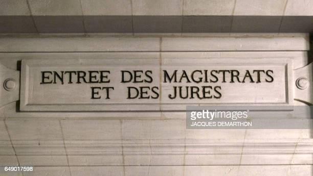 Photo prise le 17 octobre 2011 au Palais de justice de Paris d'un fronton indiquant l'entrée de la cour d'assises pour les magistrats et les jurés...
