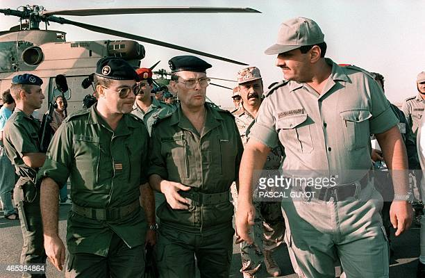 Photo prise le 22 septembre 1990 à Yanbu en Arabie Saoudite de l'officier français PierreHenri Bunel au côté du général Michel Roquejeoffre...