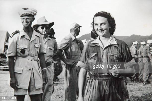 Photo prise le 24 mai 1954 de l'héroïne de Dien Bien Phu Geneviève de Galard posant à son arrivée à Luang Prabang aux côtés du médecincolonel de...
