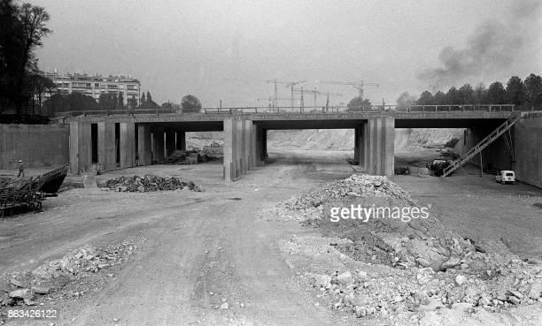 Photo prise le 25 octobre 1971 de l'échangeur de la porte Maillot où les travaux de construction du périphérique ceinture qui doit entourer la ville...