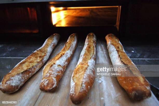 Photo prise le 27 août 2007 de baguettes sortant du four d'un boulanger à Caen Le prix du pain devrait de nouveau augmenter légèrement à la rentrée...