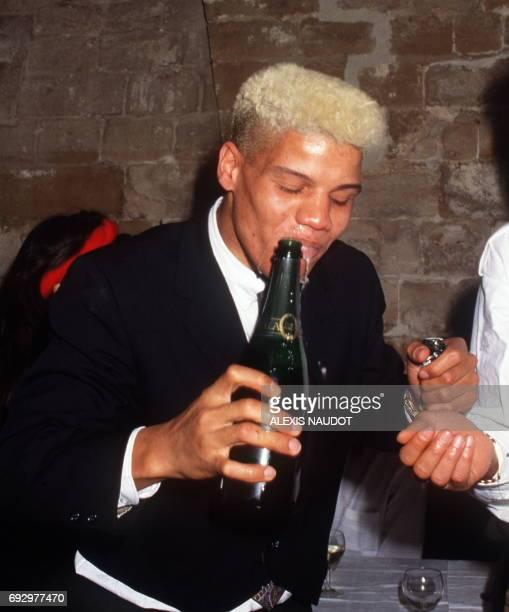 Photo prise le 28 novembre 1987 de Thierry Paulin buvant du champagne lors de la soirée de son 24e anniversaire dans un caféthéâtre parisien Thierry...