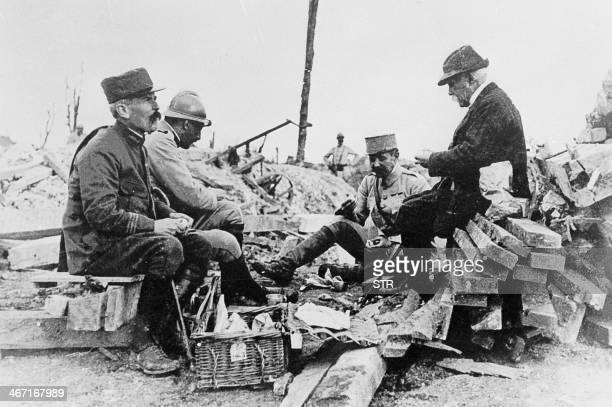 Photo prise pendant la Première Guerre mondiale du chef du gouvernement Georges Clémenceau déjeunant sur le front avec des soldats dont son fils...