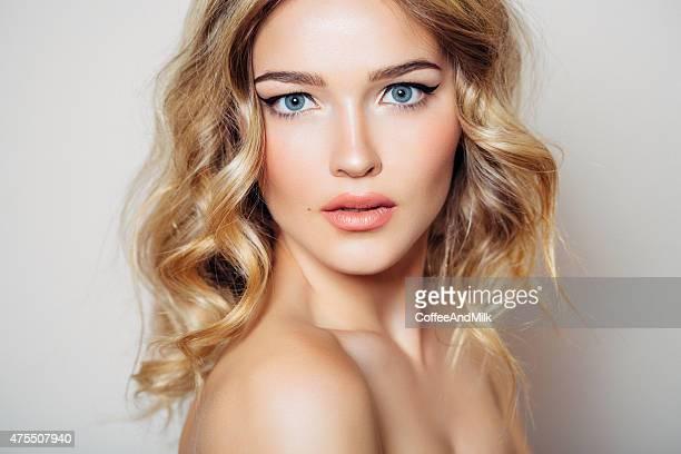 Scatto foto di giovane bella donna