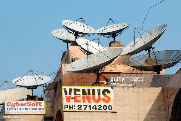 A photo showing satellite dishes crowding the roof of a building in New Delhi 04 February 2003 / AFP PHOTO / TEKEE TANWAR